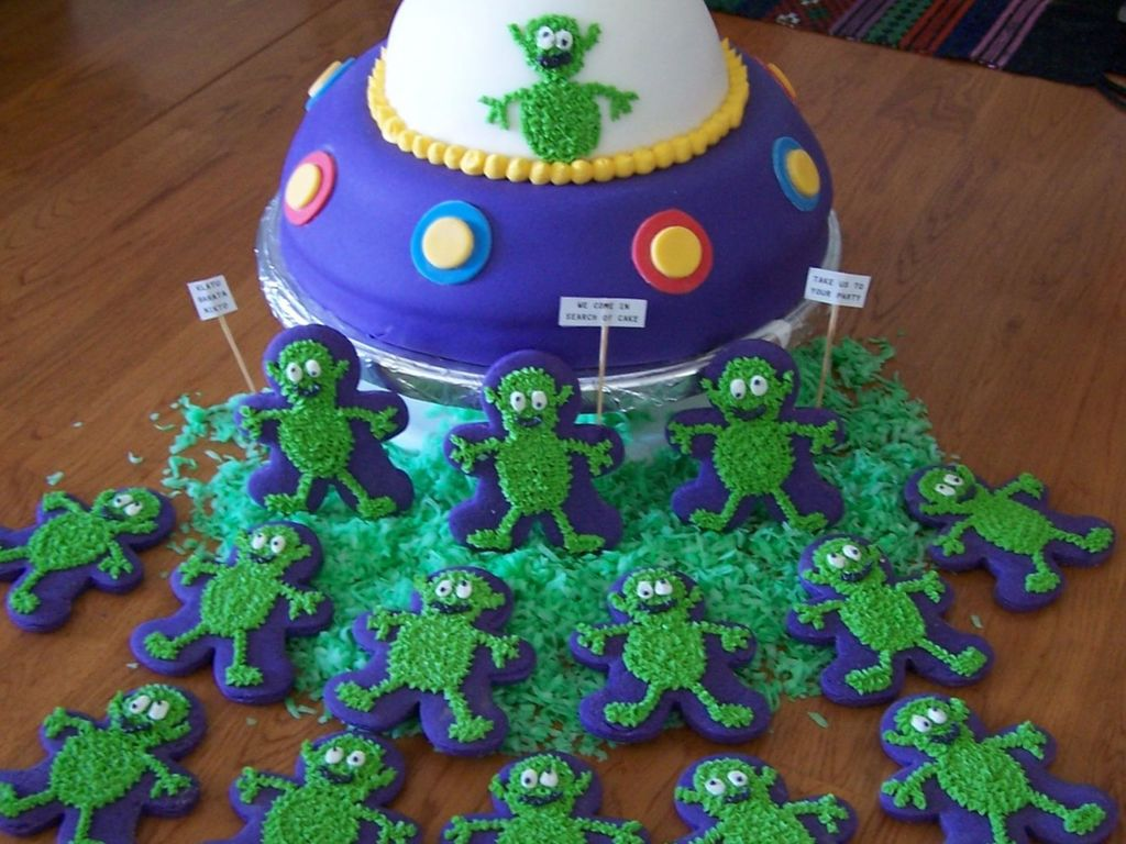 Phenomenal Alien Birthday Cake Cakecentral Com Funny Birthday Cards Online Elaedamsfinfo