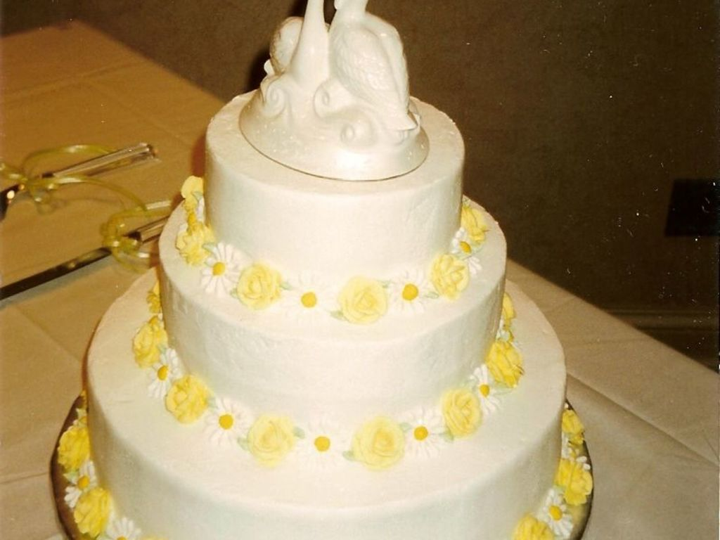 Round Wedding Cake With Daises And Yellow Roses - CakeCentral.com