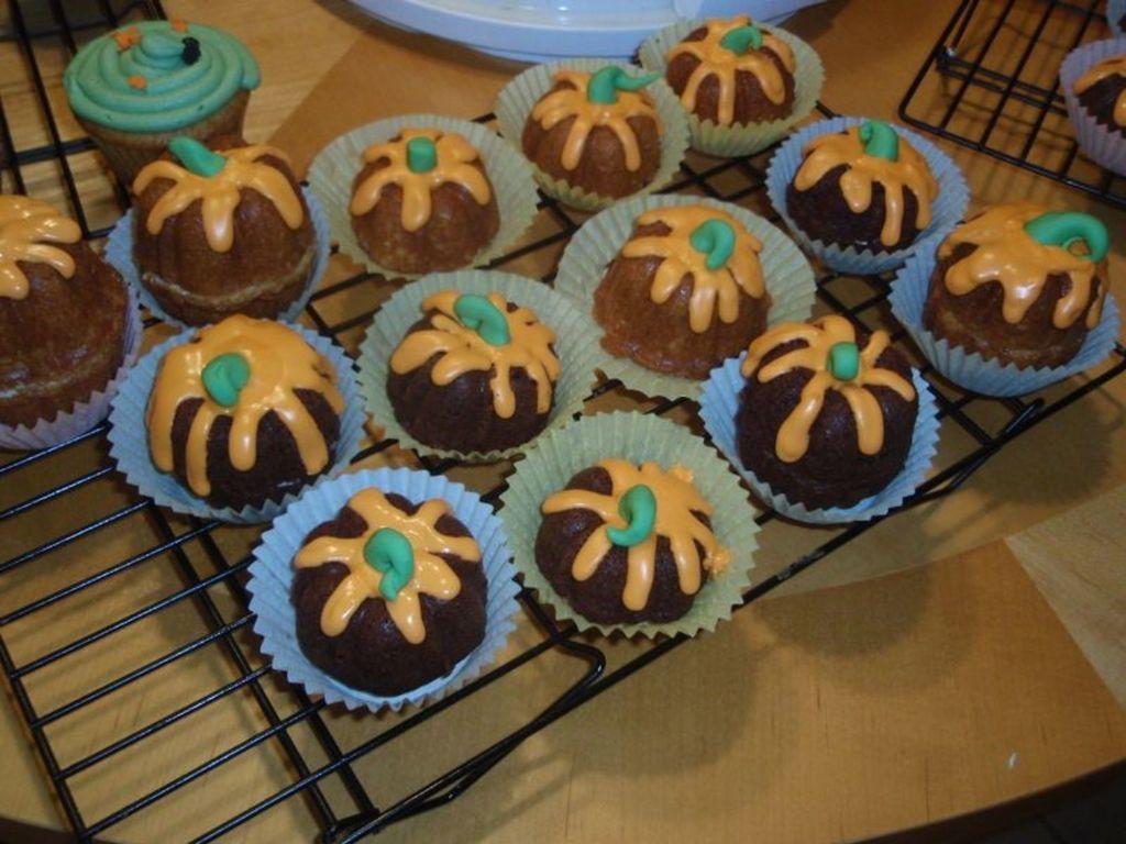 halloween bundt cake pumpkins - cakecentral