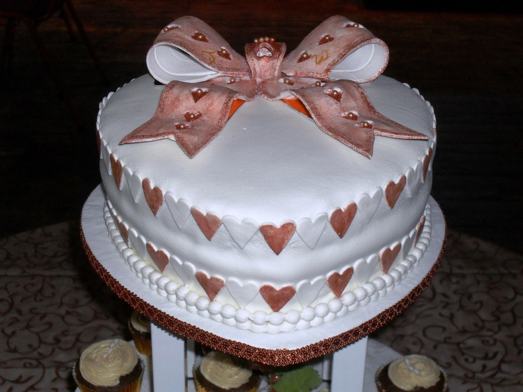 Heart Shaped Wedding Cake And Cup Cakes