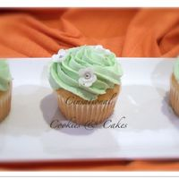Green & White Cupcakes Vanilla cupcakes with buttercream icing and fondant flowers.