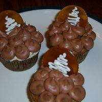119809649322979.jpg   banana cupcakes, chocolate-caramel frosting, burned sugar coins with white chocolate tree imprints.