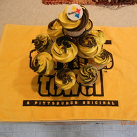 Steeler Cupcakes!   cupcakes iced in black and gold! Fondant Steeler logo.