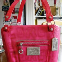 Pink Coach Poppy Purse Chocolate fudge cake with banana creme mousse filling, iced with buttercream and covered in MMF. Gumpaste handles and accents. TFL!