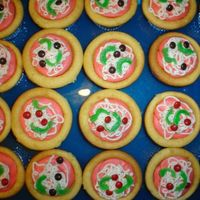 Pizza Cupcakes These are from the Wilton cupcake book. Instead of piping the crust, I used a half pint jelly jarto push the cupcakes down in the middle...