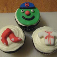 Red Sox Cupcakes The Green Monster was inspired by a photo seen on Smart Mama Cakes. The jersey and sox were inspired ones created by Swissy Missy,