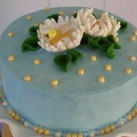 Mother's Day Dasies WBH buttercream icing. SatinIce dasies & bee. Pearls & leaves are made from white chocolate clay.