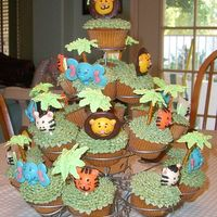 Jungle Cupcake Tree I got this out of the 2006 (I think) wilton yearbook. It was for a jungle themed baby shower.
