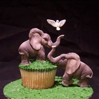 Elephant Cupcake By Sandra_Socake The elephants and the bird are made of fondant.