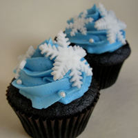 Snowflake Cupcakes Chocolate cupcakes with vanilla buttercream (sprayed with lustre dust) and fondant snowflakes.