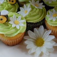 Bumble Bee/daisy Cupcakes Wedding cupcakes close up - bumble bees and daisies made of gumpaste. Thanks to lilacc01 for the inspiration!