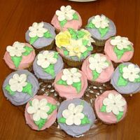 Cute Cup Cakes   another mom and i combo - i love making the royal flowers - so cute!