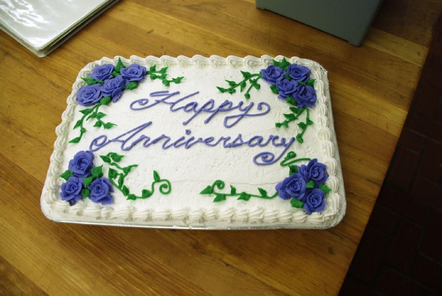 Anniversary Here is an Anniversary cake from this weekend. I used regular buttercream for the frosting and roses.