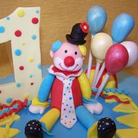 Clown Hand molded clown (fondant+gumtex) for Nicholas' first birthday cake. A lot of fun!!