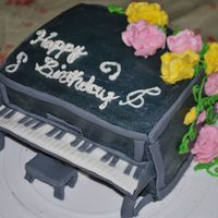 Upright Piano Hi! This is a cake i did for my best friend who loves to play the piano. :]