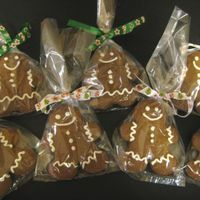 Gingerbread People Gingerbread people cookies that I decorated very simply for my co-workers Christmas goodie boxes. First chance I had to upload pictures off...
