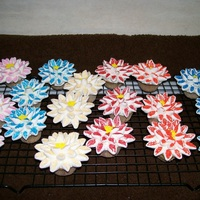 Cupcake Flowers   Loved making these... sooo easy. Marshmellow flowers