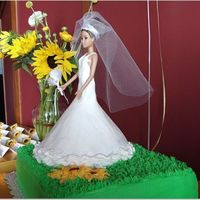 47B7Dd06B3127Cce98548D5Ab1F300.jpg This was made to look like the Bride's dress... BC frost. Will try fondant next time - and practice the sunflowers...!!! It's a...