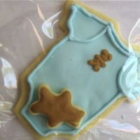 Onesie W Bear I decided to do this cookie for a friend after having seen an adorable onesie cookie here with a duck. Forgive me I forget whose it was. I...