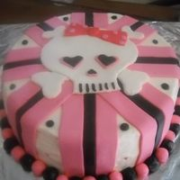 Girly Skullhii;o;polkpo9Oo=] The cake was frosted in buttercream and decorated with mmf.