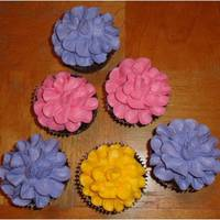 More Flower Cupcakes I love doing these...Anytime I can find an excuse I do them...So easy.