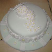 Daisy Cake final cake for my fondant and gumpaste class.
