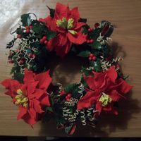 Christams Wreath Poinsettia, holly and berries made with flower paste to make this christmas wreath, I have added some curled wires dusted with gold luster...