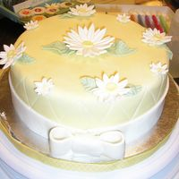 Pretty Daisy   I was just having fun with this cakeMF fondant with gumpaste flowers