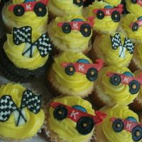 Racer Cupcakes cupcakes to match the giant cookies! Still with the racecar and the racing flag (whatever the term is, i don't know. haha)