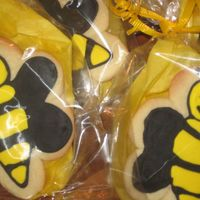 Ms. Brooks's Bees   Made these for my cousin class.... They are the Ms.Brooks's Buzzing Bees! NFSC and Antoina74 icing!