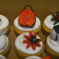 Purse Cupcakes Mini purses and flowers on cupcakes. Fondant toppers.