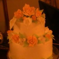 Round Cake/tylo Flowers ROUND VANILLA FILLED W BARBARIAN CREMME COVERED W/BUTTERCREAM AND MMF.