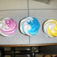 Bi-Color Cupcakes Made these for my daughter's school birthday celebration. Tried using my new bags for two-tone buttercream but they didn't work...