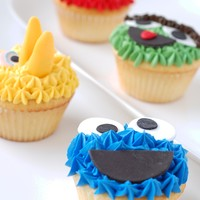 Sesame Street Cupcakes By Charmpastry Cookie Monster, Big Bird, Elmo, and Oscar! Lemon vanilla cupcakes with fondant face details.