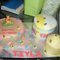 Winnie The Pooh HONEY BEE JAR, BEE HIVE, AND TREE STUMP, ALL MADE IN BUTTERCREAM , BESIDES THE HONEY JAR, MADE OF FONDANT.