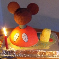 Micky Mouse Clubhouse micky Maus wunderhaus.... the head is trüffelmasse (?) and the hpuse is nut with choklate chips cake