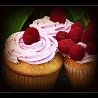 [Jumbo]Vanilla Raspberry Cupcake-Filled W/cheesecake & Raspberry Filling Vanilla cupcakes filled with cheesecake & raspberry filling.Raspberry buttercream & Topped with a fresh raspberry.