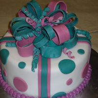 Rose & Turquoise Present Cake Chocolate cake with raspberry filling. Fondat