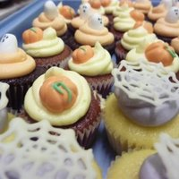 Halloween Mini Cupcakes white chocolate spiderweb + fondant pumpkins and ghosts