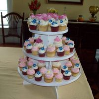 Wedding Bouquet Cupcake Tower Top tier simulated her wedding bouquet for an Anniverary Party. TFL!!!