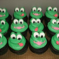 Frog Cupcakes chocolate cupcakes filled with peanut butter cups, topped with peanut butter buttercream tinted green, to go with a frog theme birthday...