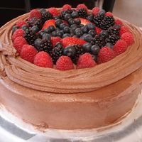 Melissas_Kake_002.jpg This is a fresh fruit filling for a yellow cake w/ chocolate buttercream icing