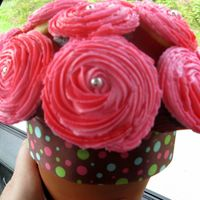 Cupcake Bouquet These are a gorgeous gift for any lady who likes flowers and cake! :) SUPER easy to make, and reasonably inexpensive!
