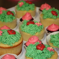 Grass And Ladybug Cupcakes   Cupcakes with grass, ladybugs and a little flower... Perfect for spring and summer!