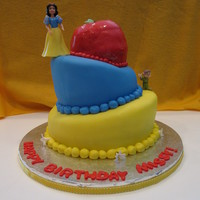 Snow White Birthday Cake! My sister's 25th birthday cake. She loves Snow White :)