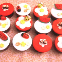 Valentine Cupcakes!!! design found on internet......i think it was alicia cakes......