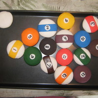 Billiard Balls I made these cupcakes to go with the billard table cake. Covers are fondant.