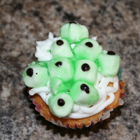 I See You Cupcakes More fun with Halloween cupcakes! Mini-marshmallows, piping gel tinted green and little black dots of icing... Eye love em'!