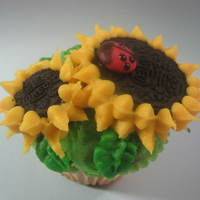 Sunflower Cupcake Taken from the book, Hello Cupcake. I love this design, so simple, just an Oreo, and no piping nozzle needed either, just a ziplock bag cut...