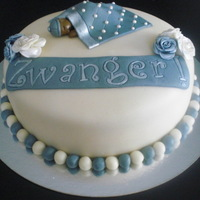 Pregnant Girl wanted to tell she was pregnant by cake. (Zwanger means pregnant in Dutch)